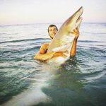 サメを抱きかかえて撮影で物議 アメリカ