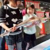 サメ肌に触れ、子供たち歓声 愛媛 三津・朝市まつり 毎日新聞より