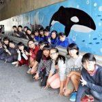 トンネルにシャチ2頭の壁画 興南中学校・高校と那覇市立松島中学校の生徒ら 沖縄